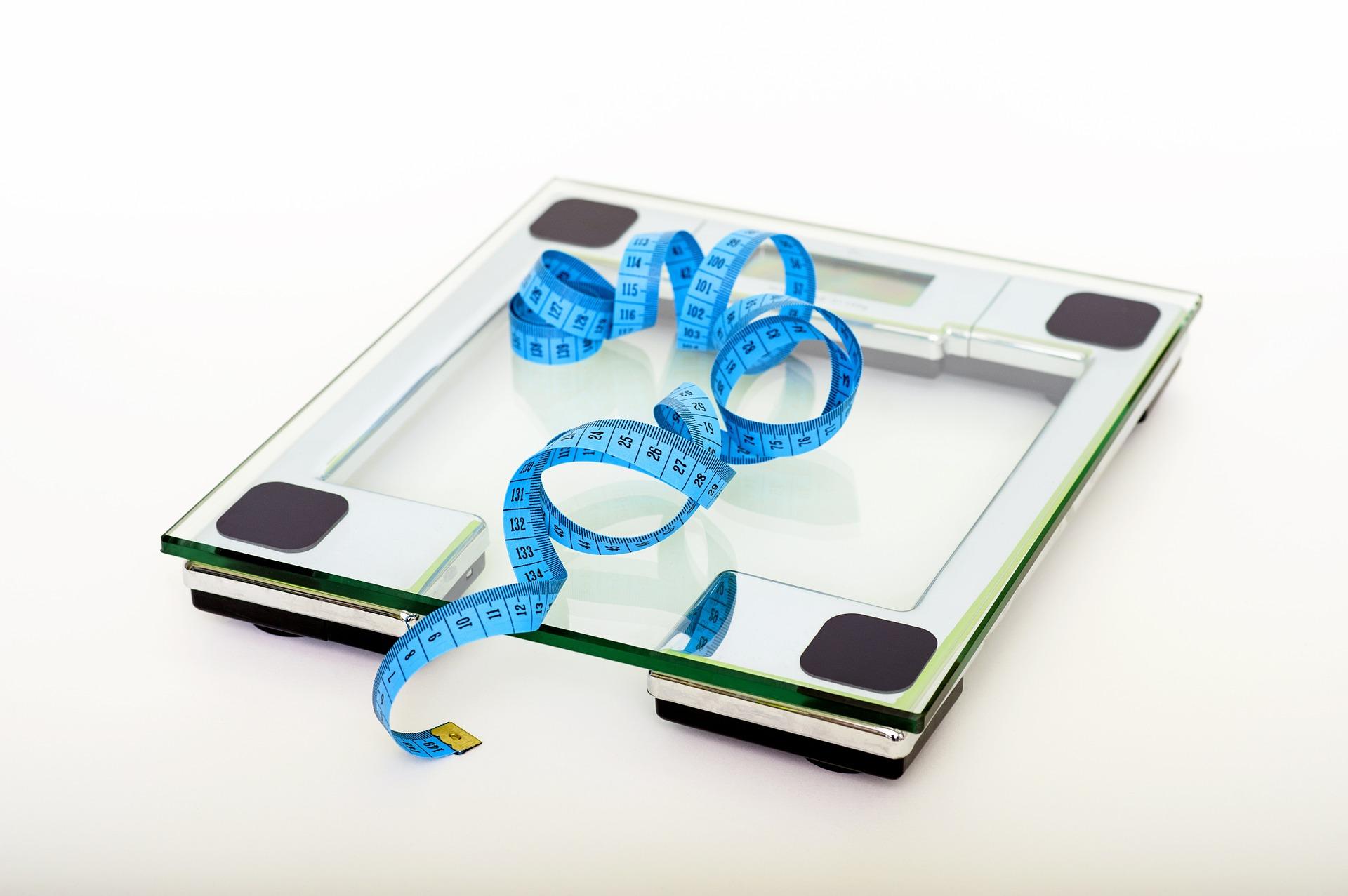 Waga i metr do badania pomiaru postępów w diecie, ćwiczeniach i zabiegach